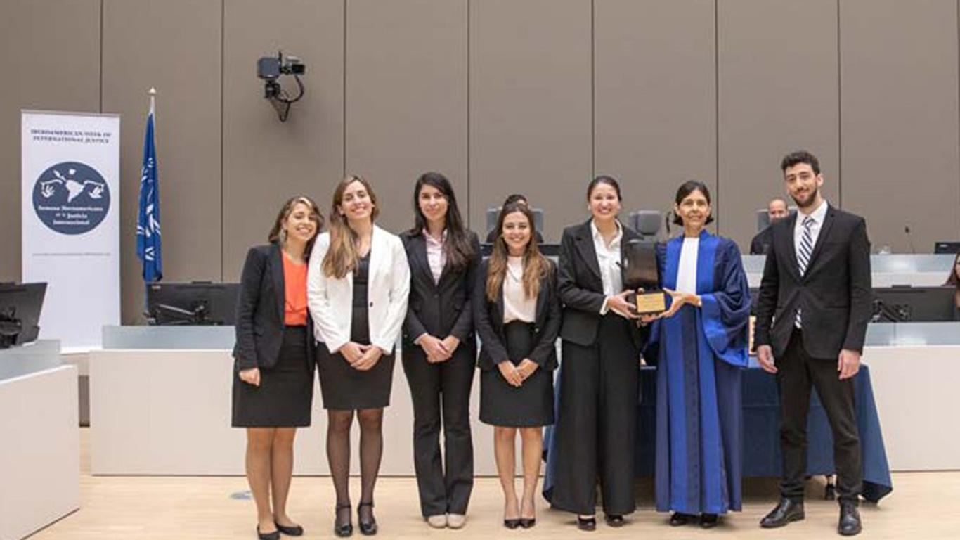 Marianela Lotito, Desiré Salomón, Florencia Natalia Leguiza y Gonzalo Guerrero, los estudiantes de la UBA ganadores del concurso.